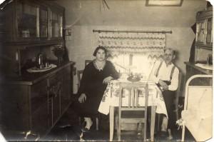 Ehepaar in Wohnküche 1930